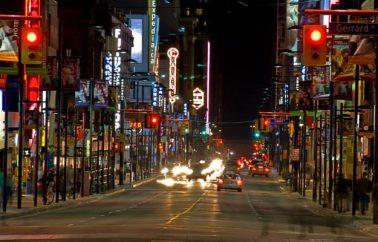 600 Tiendas en Yonge Street Uno de Los Lugares Turisticos de Canada!!!